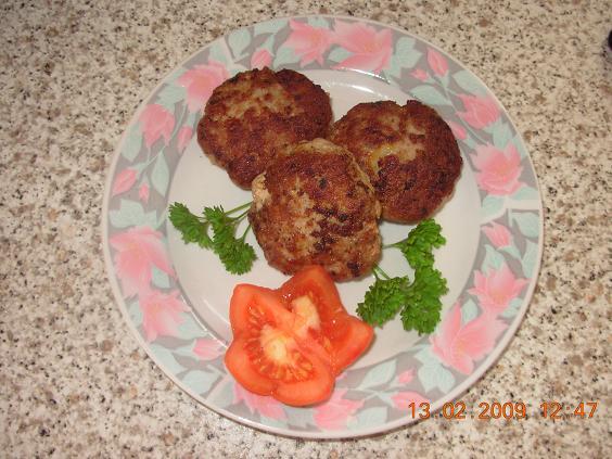 Bifteki aus gemischten Hackfleisch (mit Fotos)